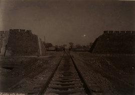 北京城墙打开豁口铺设铁道