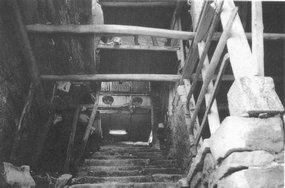 吊脚楼下的通道