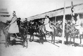 八国联军骑兵在午门前的西朝房前