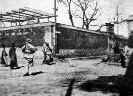 北京吉兆胡同的国民军用沙袋来构筑工事备战