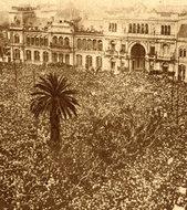 阿根廷临时总统宣誓时政府门前的拥挤情景