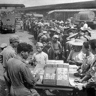 1945年等待发成沓工资的苦力