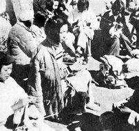 部队干部的家属在编织毛衣