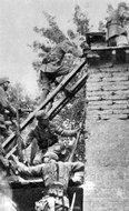 安阳战役中的八路军太行部队在攻打日伪城楼