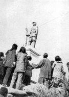 1945年胶东群众在参观烈士陵园