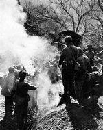 转战在塞外的八路军冀东部队在烤火取暖
