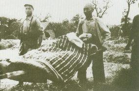 安徽民兵在救护新四军伤病员