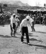 八路军129师文工团在太行王堡村军民联欢会上演出的收割舞
