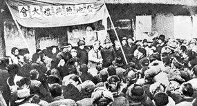 东北解放区某地在土地改革中举行发地照典礼大会