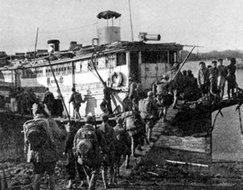 364团的战士乘船渡过蒙江