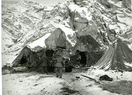 荒山雪岭中宿营