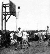 第67军某部篮球队与群众进行比赛