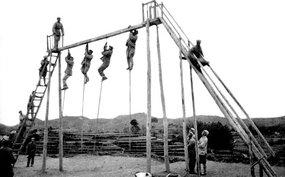 第43军战士在进行体育锻炼
