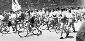 北京大学学生游行队伍通过国民党军警的封锁线