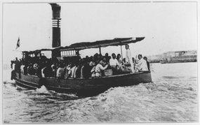 摆渡船把日本轮船上的旅客摆渡到上海董家渡