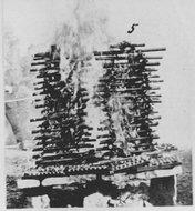 成堆的鸦片烟具在燃烧