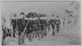奥一匈总领事的葬礼八名水手抬着棺材去墓地