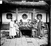 北京正在用餐的满族妇女