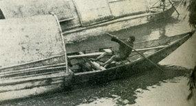 北江船民摇船准备渡闸