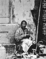 百年前的街头修鞋匠