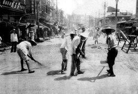 工人在武汉市修整道路