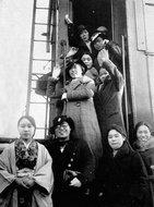 第一批女列车乘务员赴哈尔滨