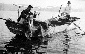 镜泊湖中的打渔船