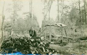 哈尔滨林场一伐木工劈柴