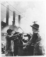 化铁炉工人把汽水送给运料工人