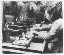 红旗服装厂一个操作五机的女工