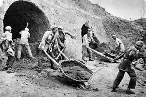 部队战士正在挖窑洞