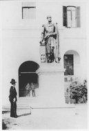 卜罗德铜像