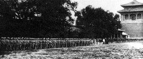 北京紫禁城午门前的八国联军