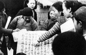 华西协和大学的大学生在教村民识字
