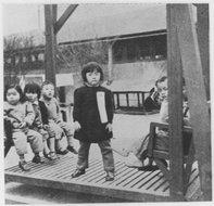 孩子站在摇船上练胆
