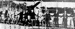 飞行学校学员与教官在飞机前合影