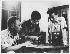 """长宁区第一职工业余中学的教师在改进教具""""电子管振盪器"""""""