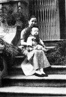 幼年张乃凤和母亲高如芸在上海