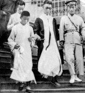 爱国青年恽蕙芳走出法院