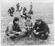 陆宝根、王秀娥与徐宝才在观察分析三麦生长情况