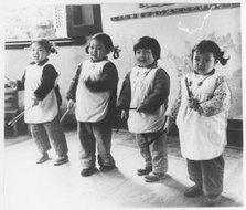 爱群托儿所的小朋友在唱歌游戏