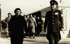 陈璧君、叶蓬走岀中央陆军军官训练团大门