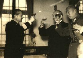 鲍文樾、褚民谊与意大利使节敬酒时的合影