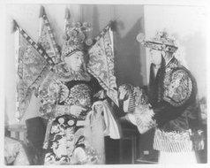 胡仲龄和王清尘在联欢会上演京剧时在台后交谈之情形