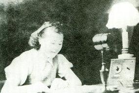 1939年大连广播电台女播音员在播音