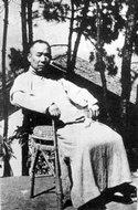 1942年马寅初出狱后在重庆寓所前
