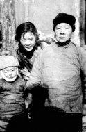安娥与儿子、母亲温馨家庭照