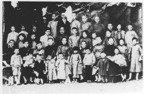 1935年叶圣陶与开明书店同仁及家属合影