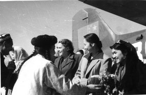 喀什文艺工作者欢迎苏联代表团的情景