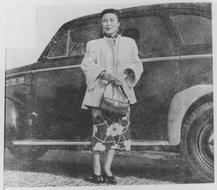 1949年站在汽车前的朱沙